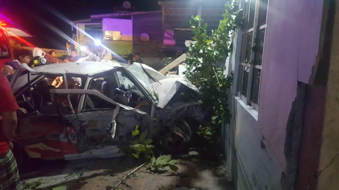 5 remaja cedera, kereta dinaiki rempuh rumah di Lohan Ulu.