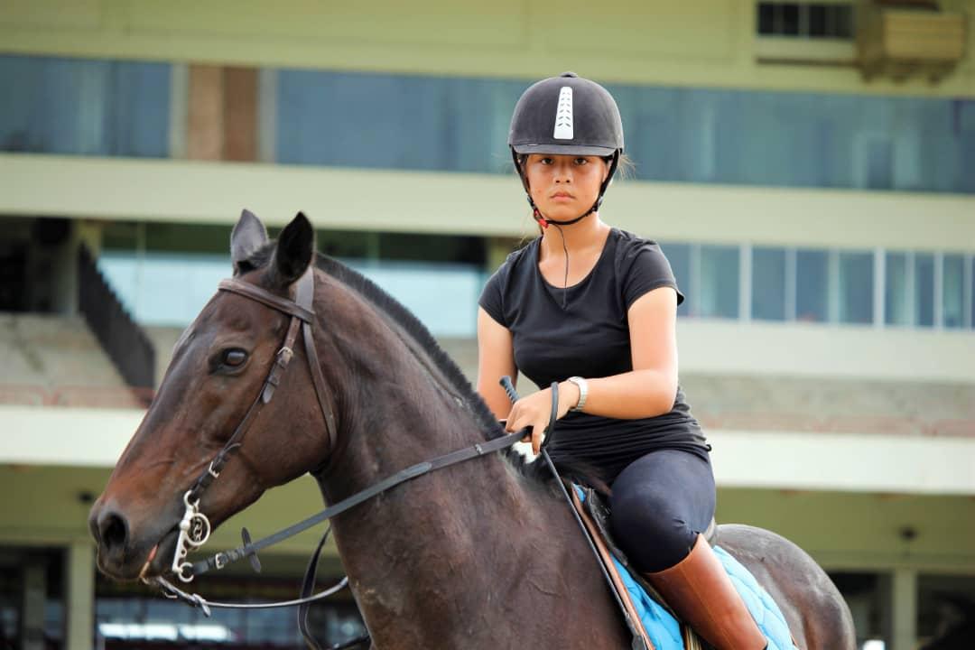 Isabelle Lonjuing Sayeed pelatih kuda pacuan termuda dalam sejarah dunia.