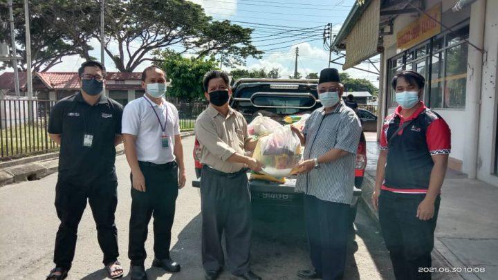 Pengamal media di Keningau terima bantuan bakul makanan sumbangan Robert Tawik.