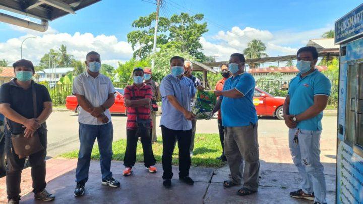Ahli Persatuan  Teksi Keningau terima bantuan bakul makanan daripada Robert Tawik