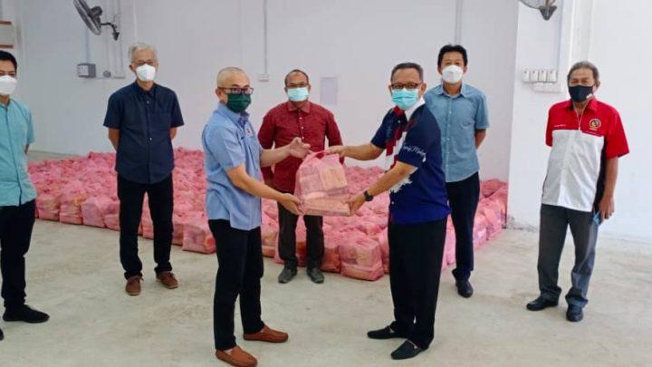 Antara Steel  Mills Sdn. Bhd sumbang 300 bakul makanan bernilai RM15,000