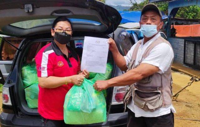 Petugas Pejabat Khidmat Parlimen Ranau teruskan misi hantar bantuan bakul makanan