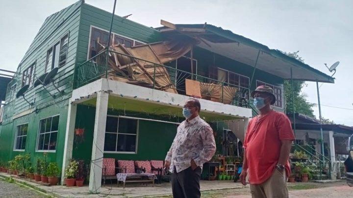 Lebih 10 buah rumah rosak teruk akibat angin kencang.