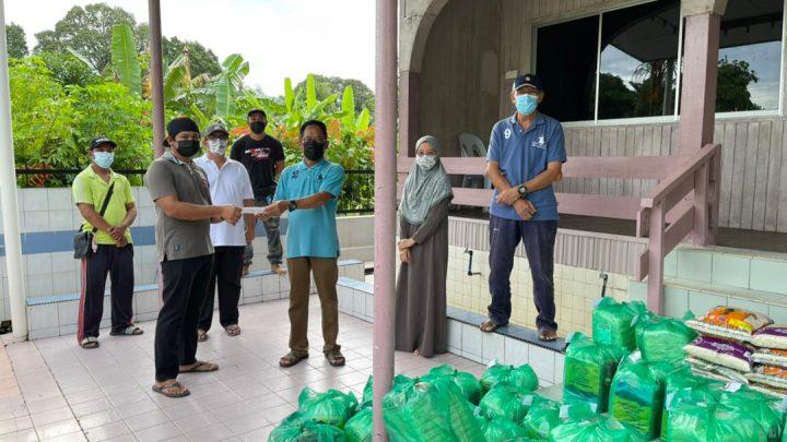 AJK Surau Nagalang agih 100 bakul  makanan kepada  warga penduduk dan waris COVID 19