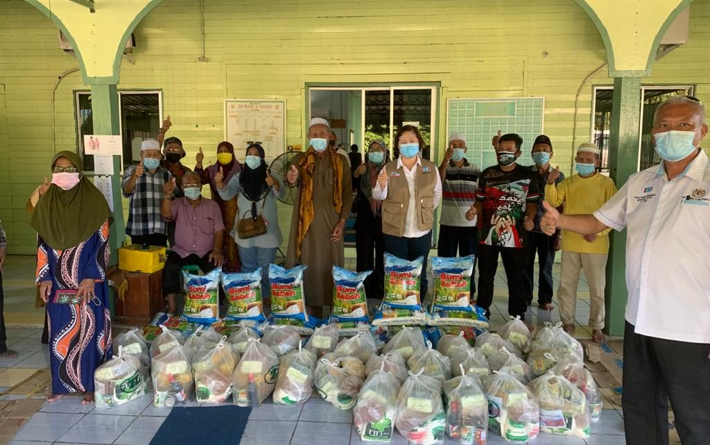 Tawau MP delivers 600 Pemulih food baskets to 20 mosques