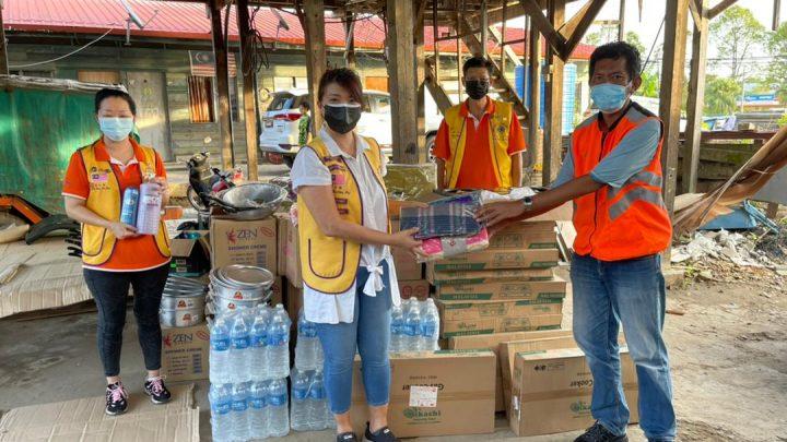 Lions Club  of Labuan Mandarin  helps  victims of Kampung Batu Arang fire