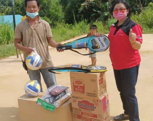 Belia Kg.Kilanas Terima Sumbangan Peralatan Sukan dari MP Ranau