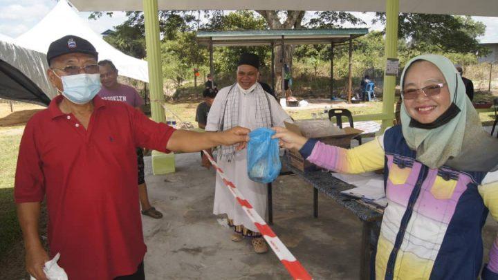 Masjid Nur Hidayah Pekan Bingkor agih daging Korban  sempena Aidiladha