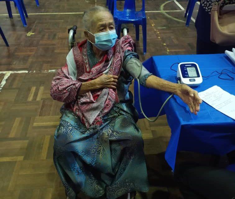 Wanita warga emas berusia 98 tahun penerima tertua vaksin COVID-19 di PPV Papar