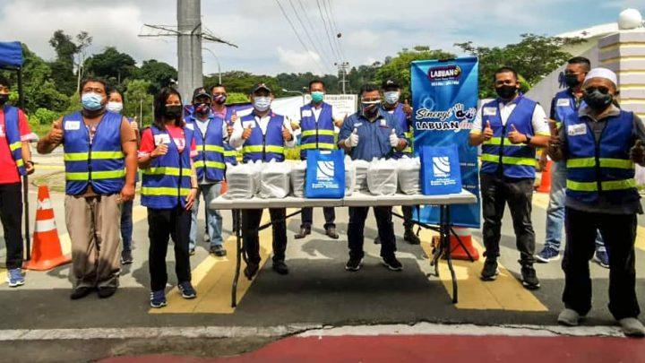 Sukarelawan PRIVO  Pusat Pemberian Vaksin    terima kit makanan sumbangan LABUANfm.