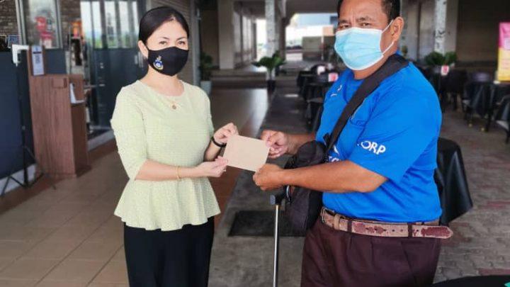 Dua pelajar berjaya lanjut pengajian dapat sumbangan kewangan dari ADUN Bingkor