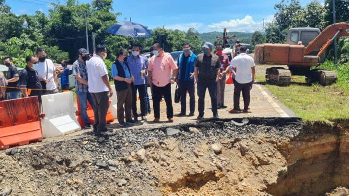 TKM lawat jalan terputus, sedang dibaik pulih di jalan Keningau – Apin-Apin.