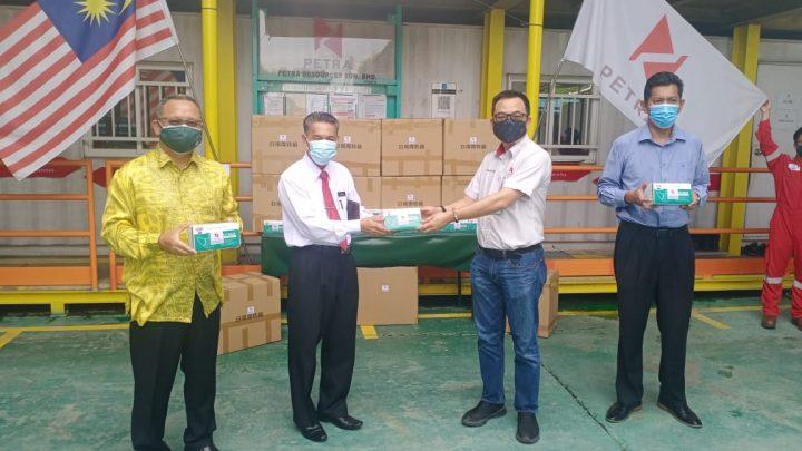 Petra Resources Sdn. Bhd sumbang 500 kotak Pelitup muka untuk pelajar sekolah