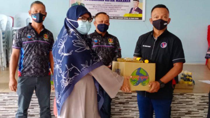 Seramai 19 orang ahli persatuan pesara  ATM cawangan Ranau terima sumbangan dari JHEV ATM