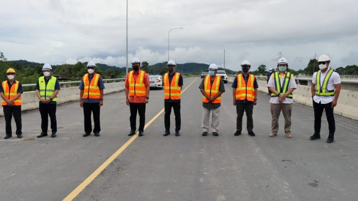 Pengarah JKR mengiringi SKN melawat perkembangan Projek Sektor Lebuhraya Pan Borneo Sabah.