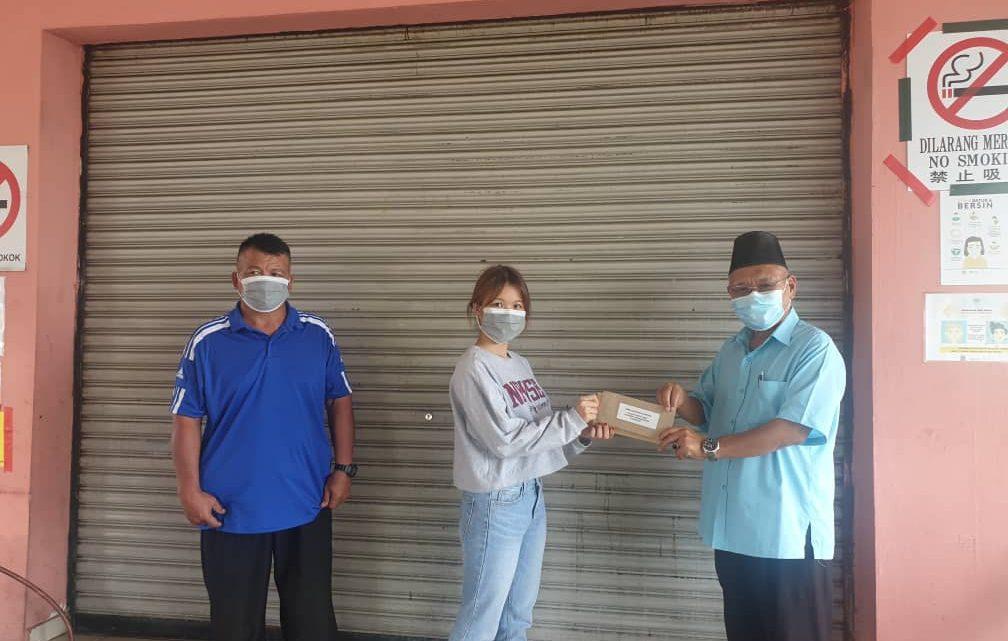 Pelajar lanjut pengajian di IPT terima sumbangan kewangan ADUN Bingkor